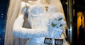 MadonnaLikeAVirginWeddingDress 300x160 - Najczęstsze wpadki stylizacyjne popełniane przez Pannę Młodą