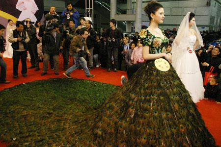peacock feather dress - Najdroższe suknie ślubne świata