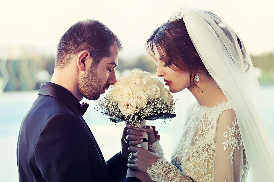 wedding 1255520 960 720 - Jak składać życzenia młodej parze?