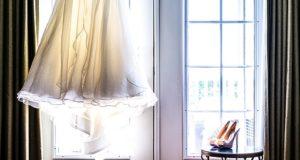 wedding dress 2031960 960 720 300x160 - Jak uniknąć wpadki modowej na ślubie?