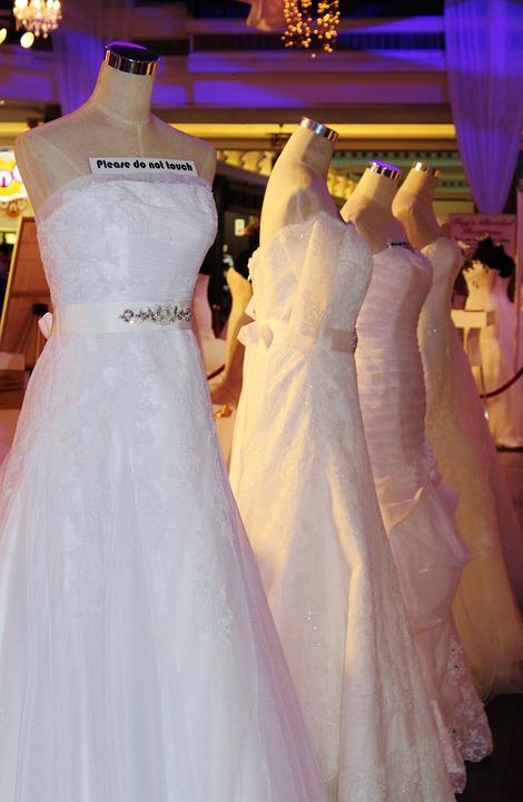 wedding dress 648927 960 720 - Jak uniknąć wpadki modowej na ślubie?