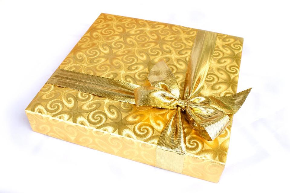 gift 1008897 960 720 - Niezapomniane prezenty ślubne – kiedy chcesz podarować Młodej Parze coś wyjątkowego