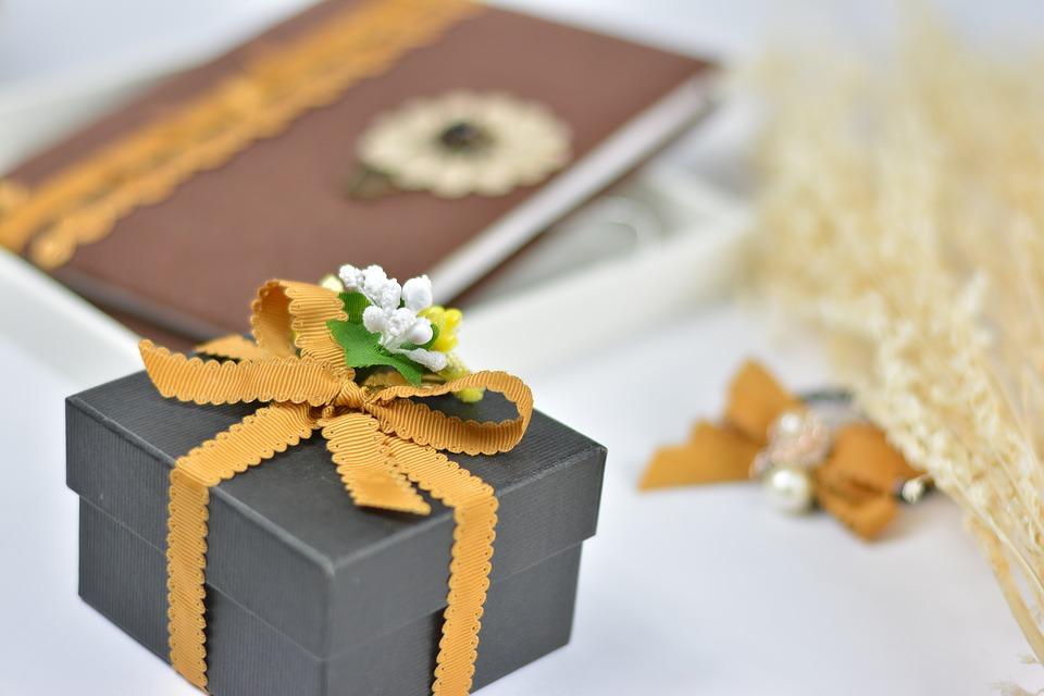 gift 2426119 960 720 - Niezapomniane prezenty ślubne – kiedy chcesz podarować Młodej Parze coś wyjątkowego