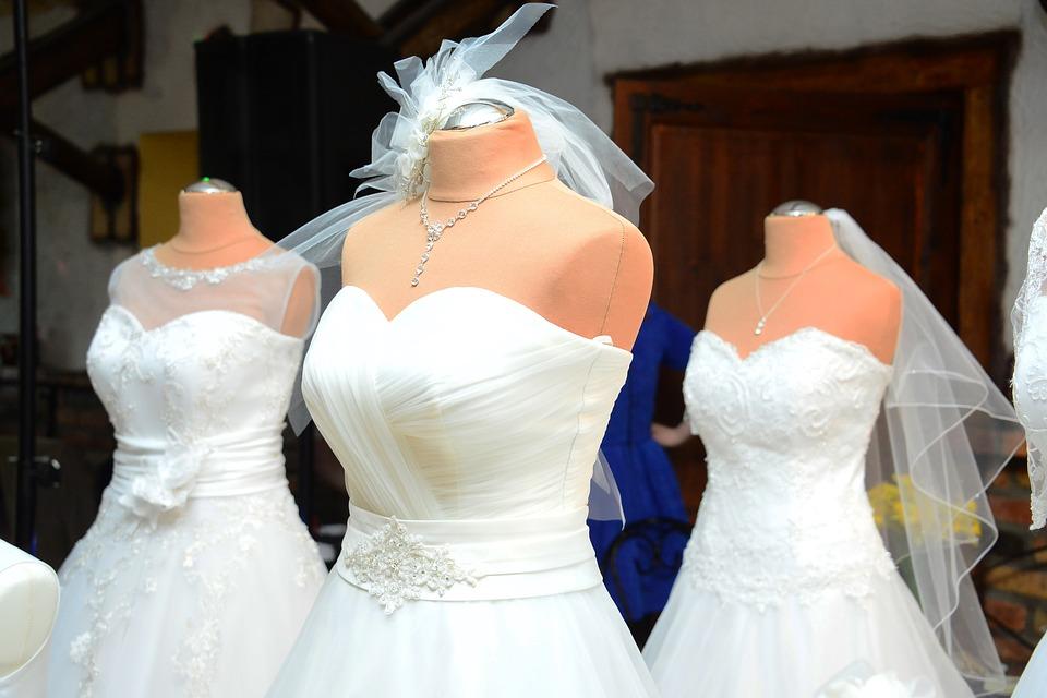 wedding dress 1236010 960 720 - Jak uniknąć wpadki modowej na ślubie?