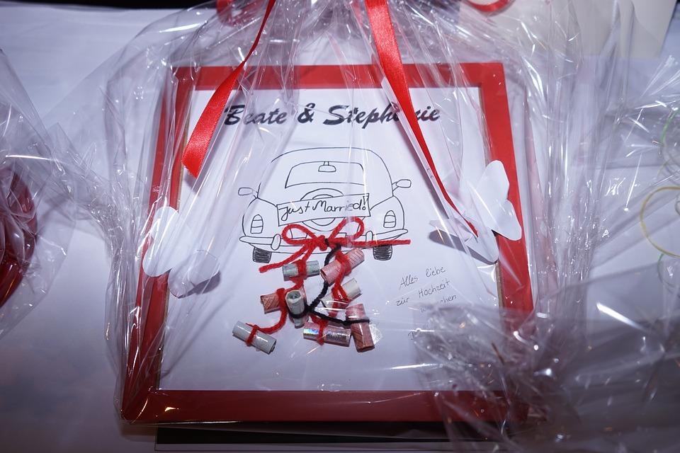 wedding gift 1173808 960 720 - Niezapomniane prezenty ślubne – kiedy chcesz podarować Młodej Parze coś wyjątkowego
