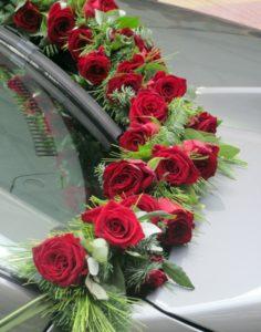 dekoracja auta2 236x300 - Dekoracja samochodu, jak udekorować auto do ślubu?